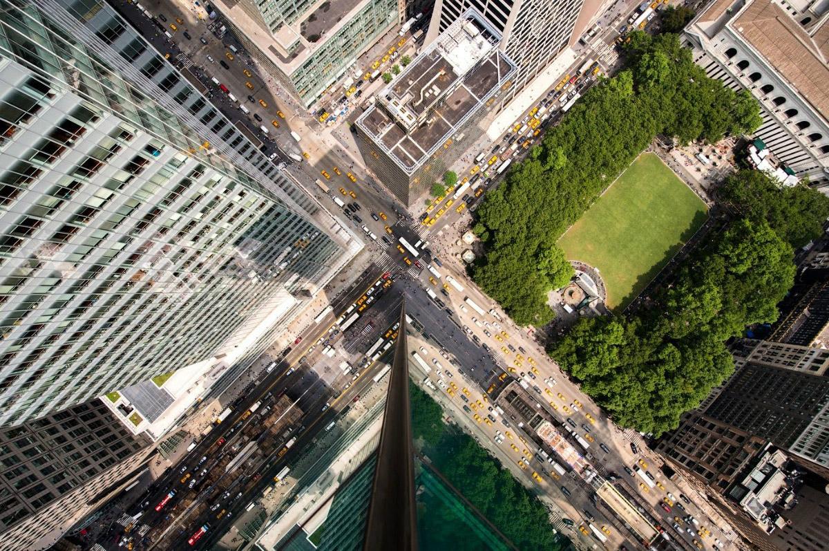 7. 42-я улица днем — одна из самых оживленных деловых улиц центрального Манхэттена. Протяженность ул