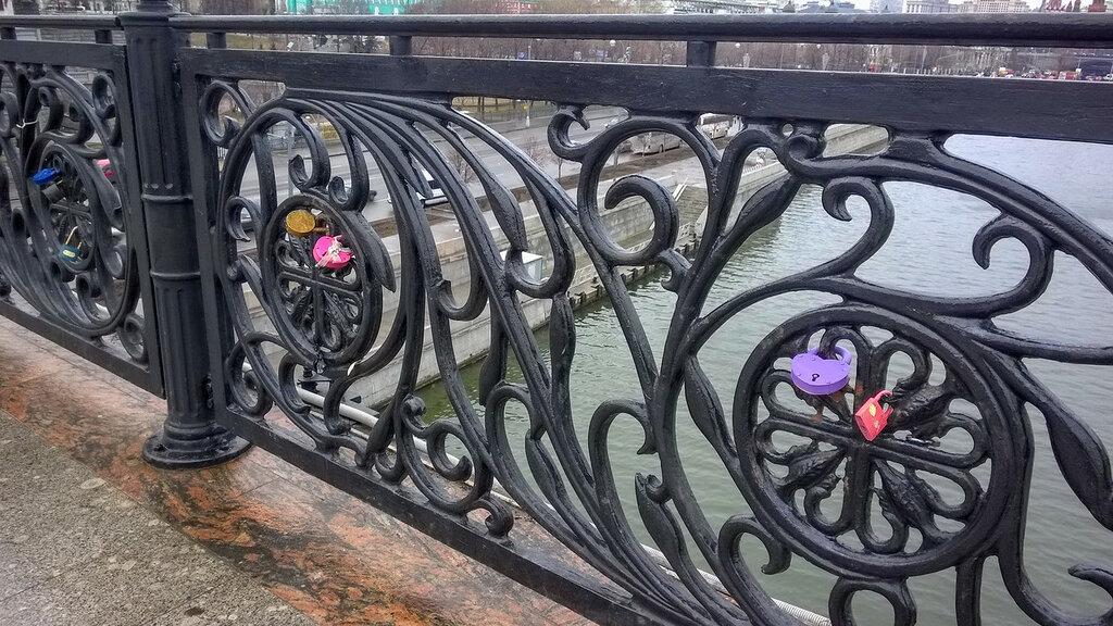Замочки влюбленных на Патриаршем мосту, Москва