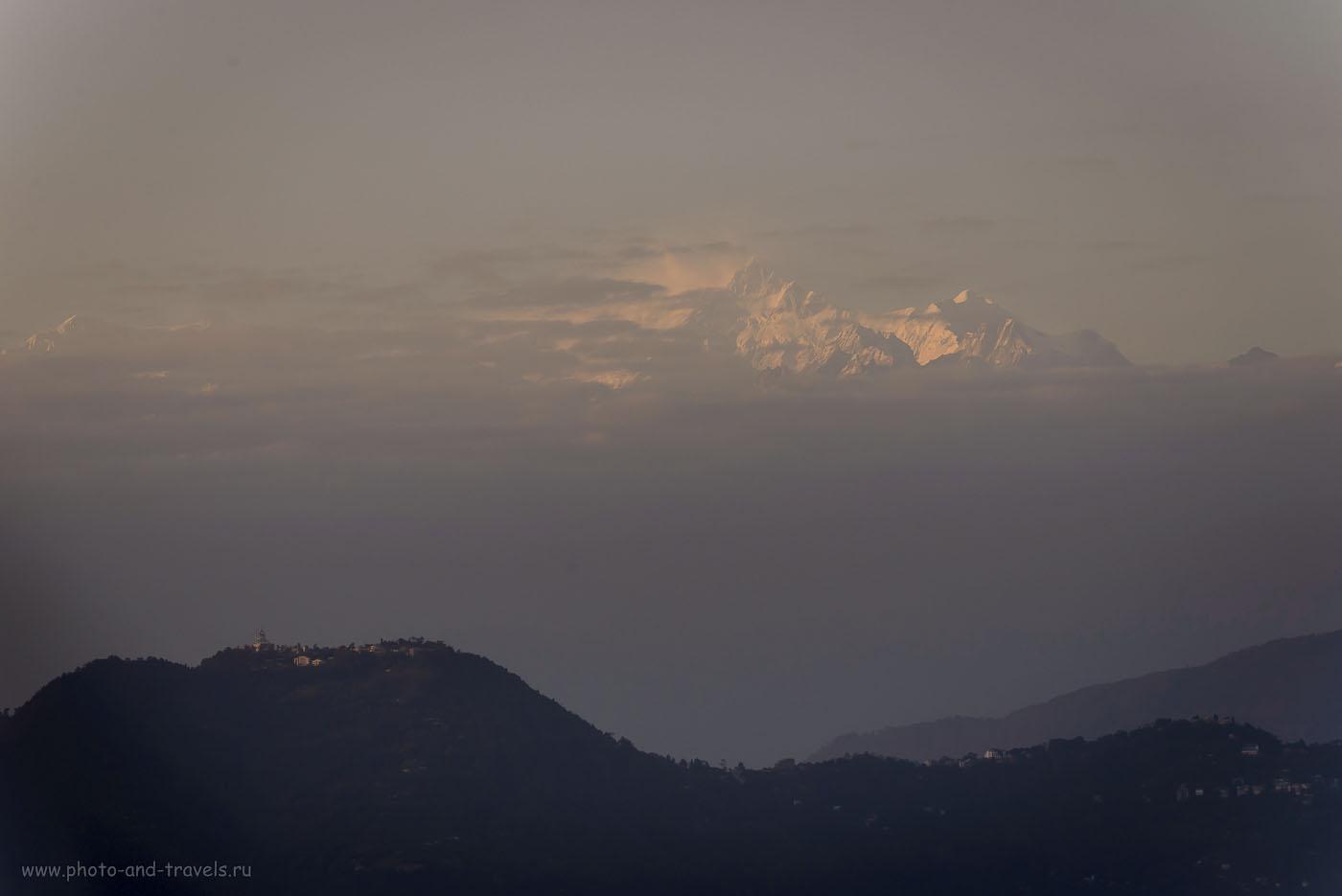 Фото 26. Отзывы о поездке на Северо-Восток Индии. Такой мы увидели гору Канченджанга впервые, во время поездки на джипе-маршрутке из Дарджилинга в Гангкток. Стояла дымка, поэтому качество фотографии не очень. 1/250, 8.0, 320, 170.