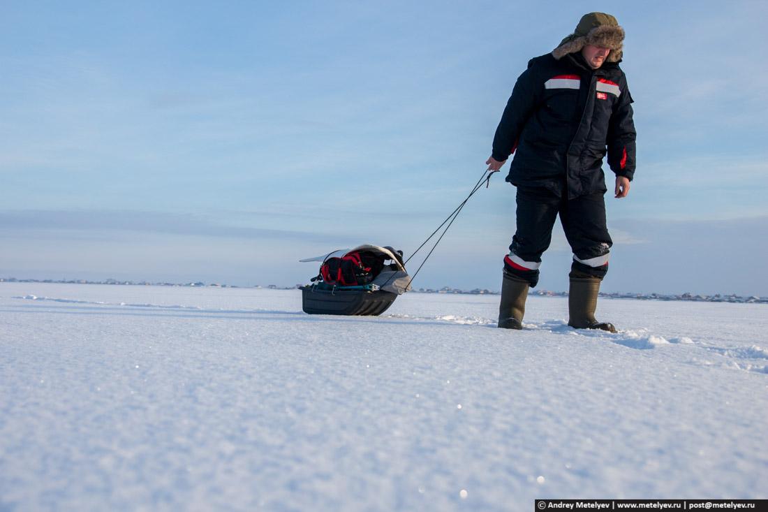 человек с корытом на льду