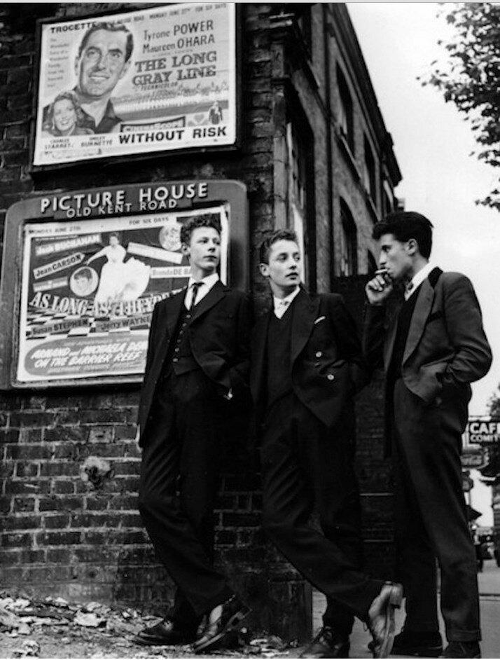 Тедди-бойз торчат на углу Олд Кент-роуд 13 июля 1955