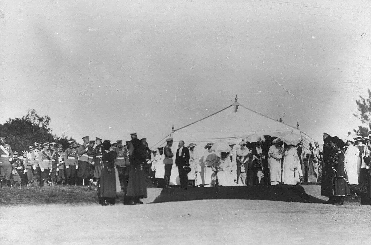 88. Император Николай II и Р.Пуанкаре беседуют у царской палатки перед парадом войск