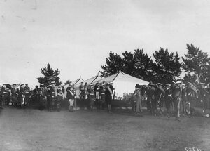 Император Николай II и итальянский король Виктор Эммануил III принимают парад войск.