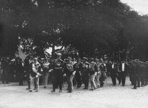 Итальянский король Виктор Эммануил III и сопровождающие его лица проходят от Невских ворот к Петропавловскому собору.