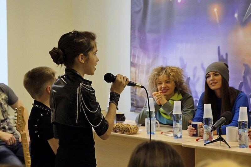 Алексей Грачев и Дарья Перестронина исполняют песню Просыпайся перед арт-группой «Soprano Турецкого»