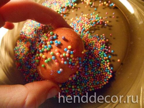 Украшаем пасхальные яйца сахарными бусинами
