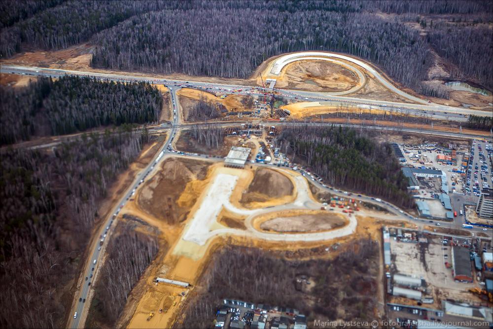 Автомобильная дорога к аэропорту встала в пробках из-за ремонта международного шоссе, а работы на мжд