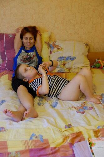 Таня и Сава в комнате