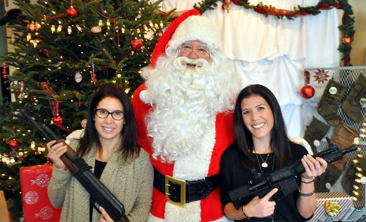 С автоматами в компании Санта-Клауса: Добропорядочные американцы готовятся к встрече Рождества (7)