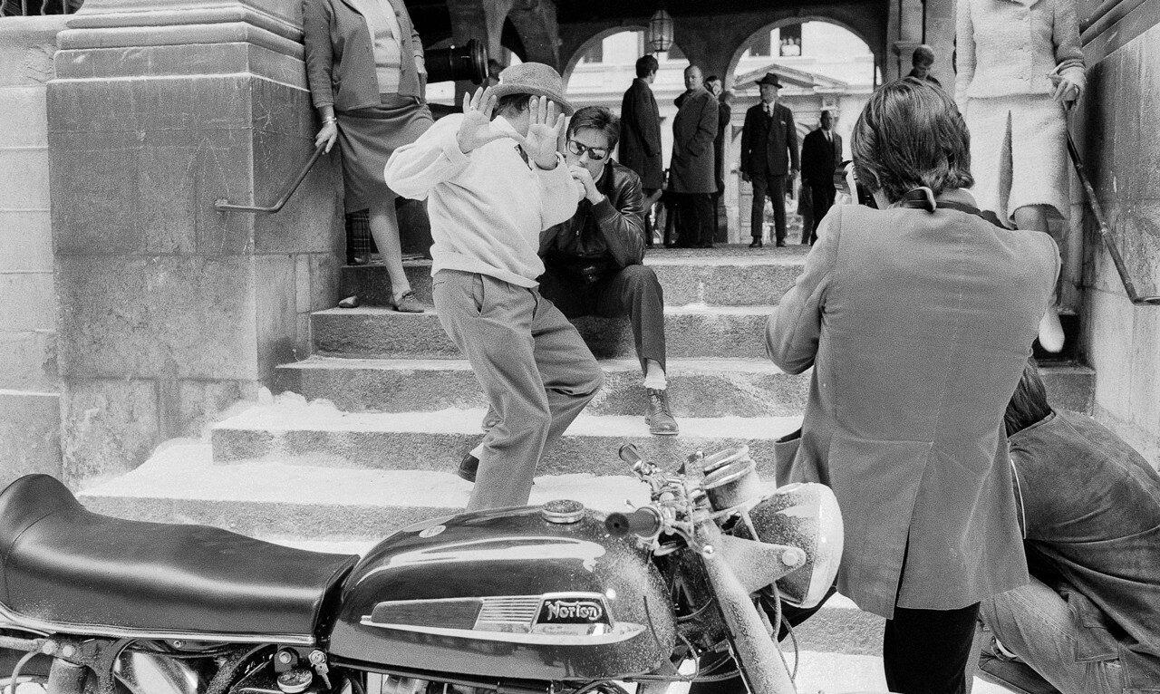 На съемках «Мотоциклистки» с режиссером Джеком Кардиффом