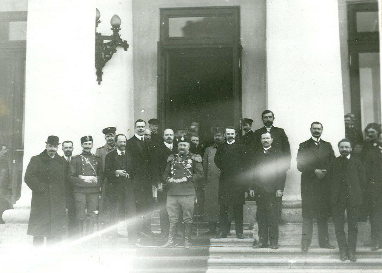 16. Группа депутатов Второй Государственной думы у входа в Таврический дворец