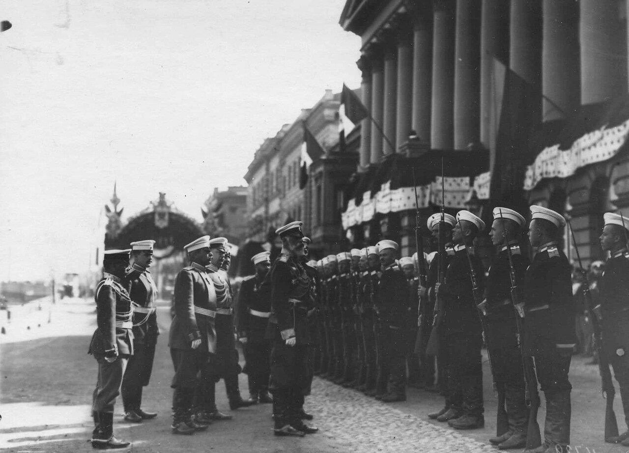 08. Почетный караул, выстроенный для встречи итальянского короля Виктора Эммануила III на пристани на Английской