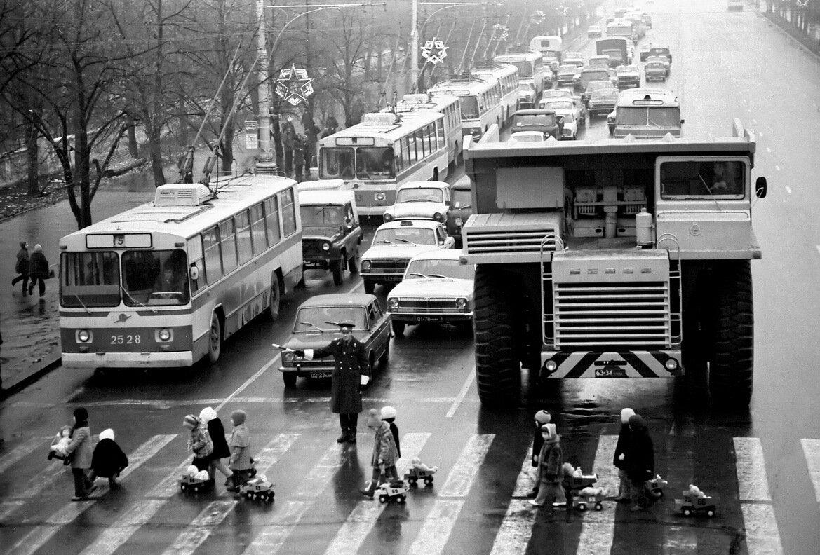 Дети и БелАЗ, Минск, 1980
