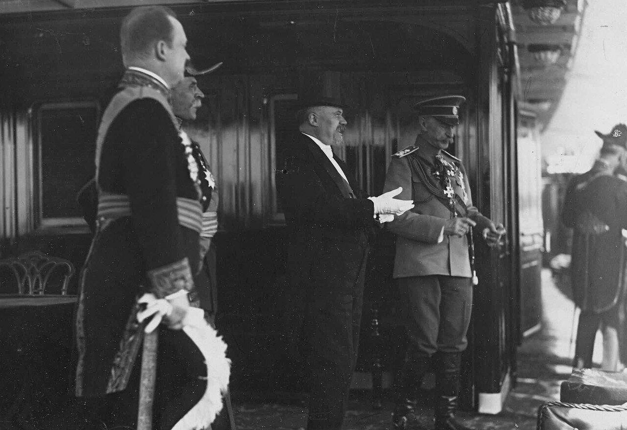 21. Пуанкаре беседует с русским генералом на борту императорской яхты «Александрия». 7 июля 1914