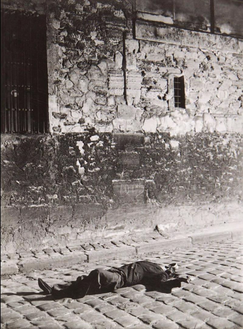 1932. Человек, лежащий на улице