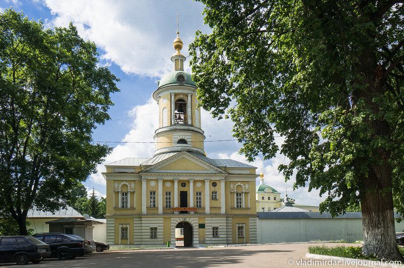 Святые врата колокольней и надвратной церковью святителя Дмитрия Ростовского Свято-Екатерининского монастыря