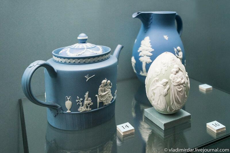 Чайник с крышкой (Англия) и яйцо пасхальное с изображением Богоматери Россия)