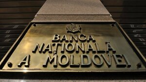 На валютном рынке Нацбанк Молдовы совершает крупные сделки