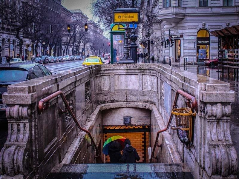 Спуск в историческую ветку метро