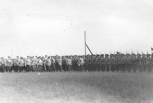 Императоры Николай II и Вильгельм II с группой офицеров производят смотр 85-го Выборгского императора Вильгельма II полка.