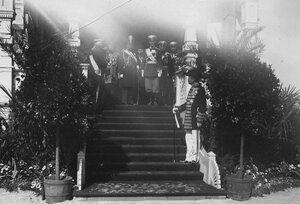 Персидский шах Мозафар-эд-дин и великий князь Михаил Александрович в окружении офицеров свиты императора Николая II