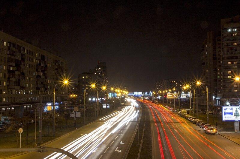 ночной проспект Славы в Санкт-Петербурге: лучи фонарей, треки фар автомобилей и свет в окнах домов