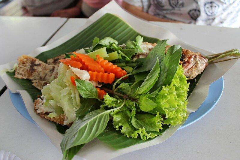 Рыба на гриле с овощами - плавучий рынок Талинг Чан