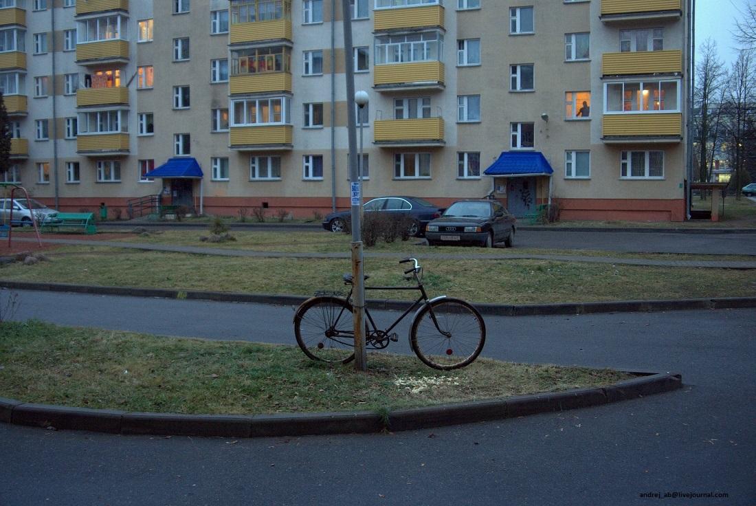 Старый велосипед во дворе Новополоцка.