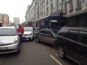 В центре Владивостока водитель рейсового автобуса врезался в четыре машины
