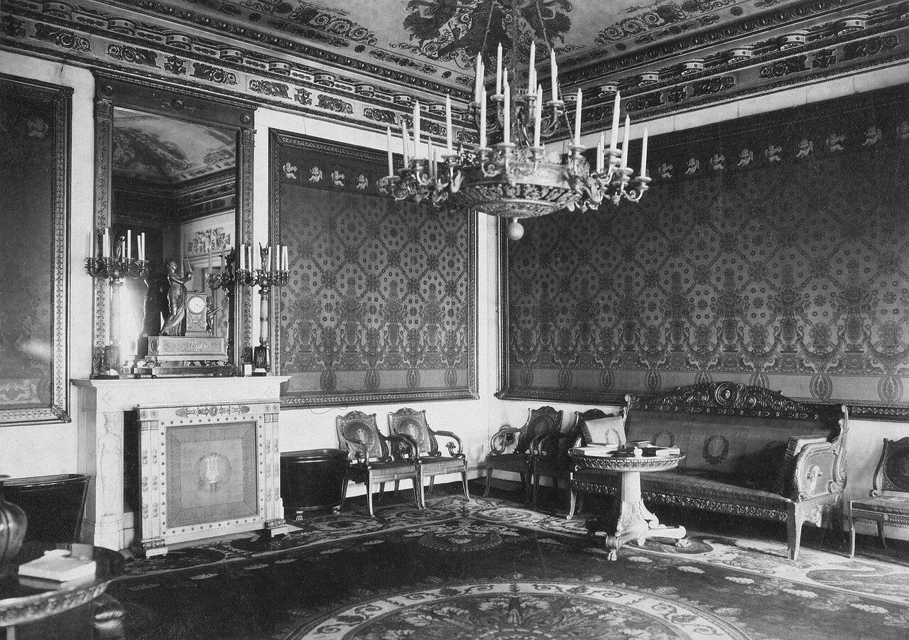 Красная гостиная во дворце графов Бобринских на Галерной улице