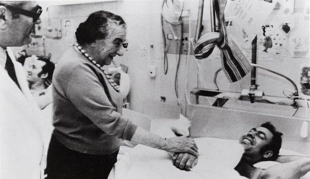 1973.  Голда Меир и раненые израильские солдаты во время войны Судного дня