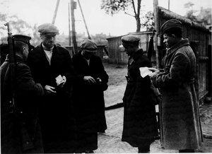 1941, 25 сентября. Проверка документов на одной из застав Кировского района блокадного Ленинграда