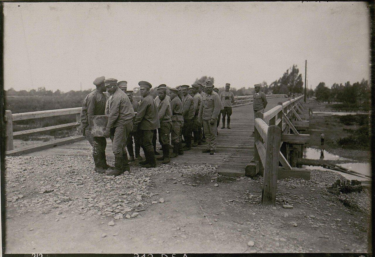Военнопленные возводят мост в Стрый