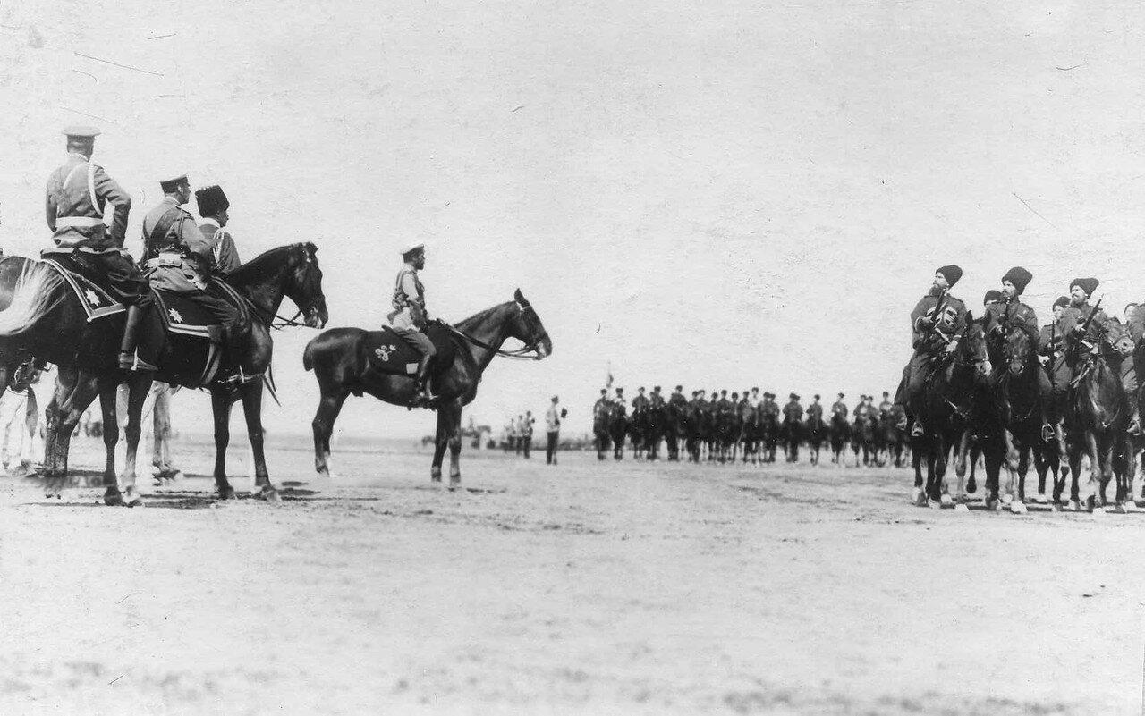 72. Собственный его императорского величества конвойный полк во время парада войск проходят мимо императора Николая II и его свиты. Красное Село