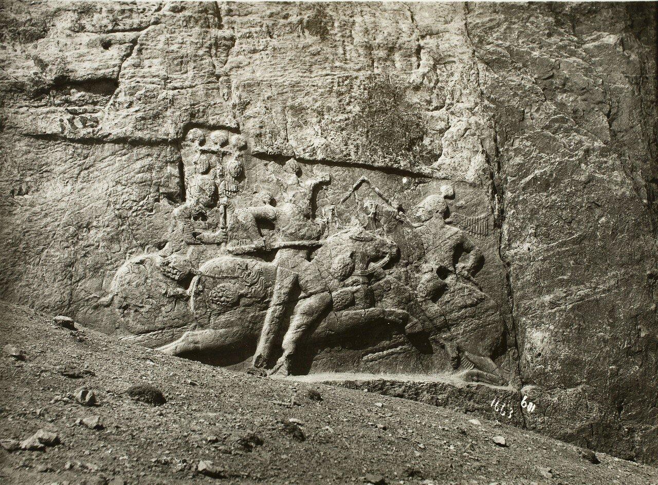 Накше-Рустам. Сасанидский рельеф с изображением царя Бахрама II на коне во время битвы