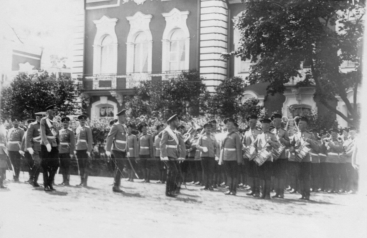 15. Император Николай II и сопровождающие его лица обходят подразделения полка, выстроившиеся перед парадом. Петергоф. 29 июня 1913
