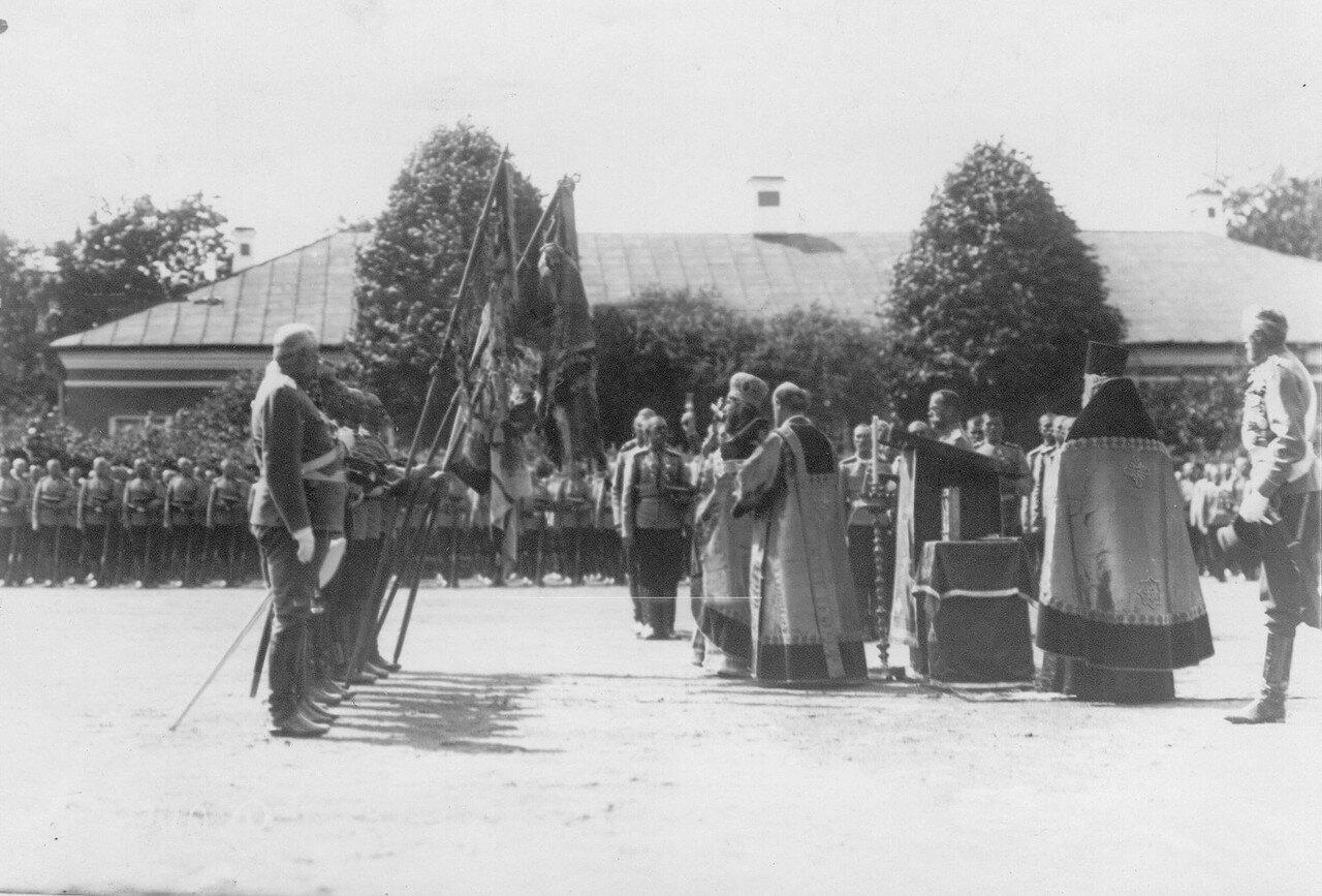 19. Молебен на площади перед началом парада полка. Петергоф. 29 июня 1913