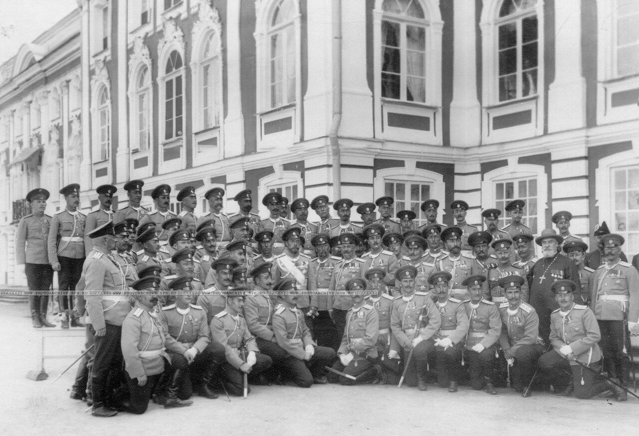 41. Группа офицеров полка у Петергофского дворца с императором Николаем II. Петергоф. 1913