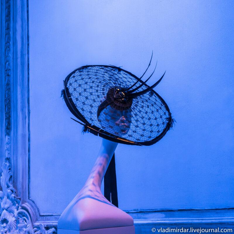 Круглая вуаль. Неделя Моды. Лондон. 1996. Черный атлас, вуаль, перья петуха.