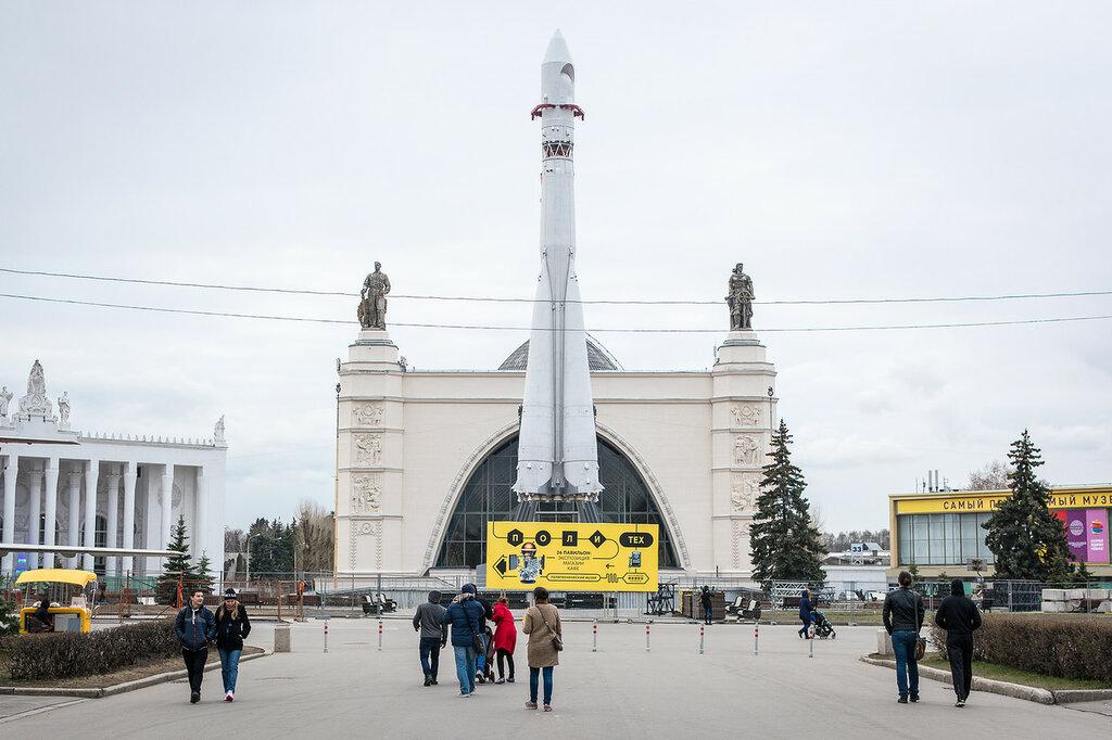 ВДНХ. Макет ракеты-носителя «Восток» и павильон №32–34 «Космос / Машиностроение»