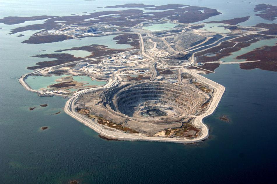 Этот алмазный карьер находится в Канаде. В 1992 году рудник изучили, а в 2003 здесь началась добыча
