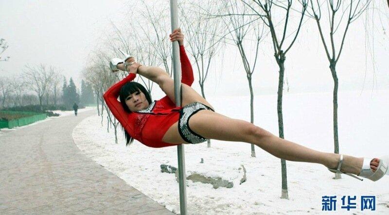 Китайские стриптизерши станцевали на морозе, чтобы не быть проститутками