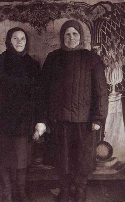 Портрет двух сельских жительниц в лучшей одежде. Красноярский край