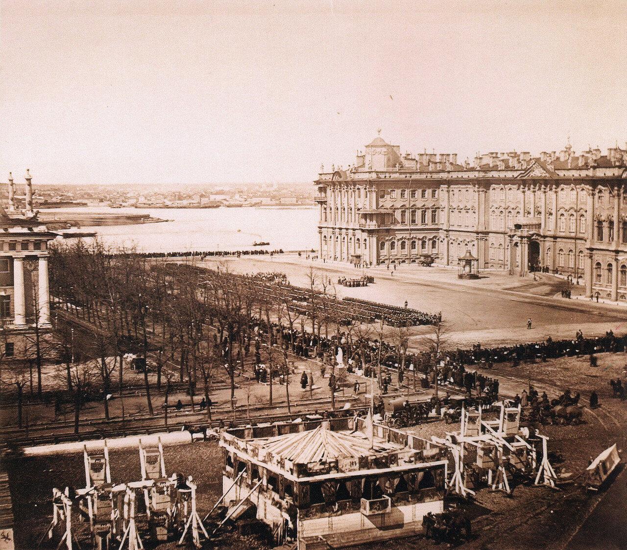 Парад на Адмиралтейской площади, качели и балаганы в Александровском саду,1880-е