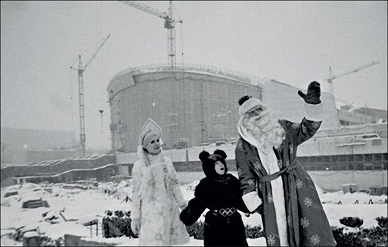 1980. Третий — олимпийский мишка. Участники представления в новом олимпийском комплексе рядом со стройплощадкой.jpg