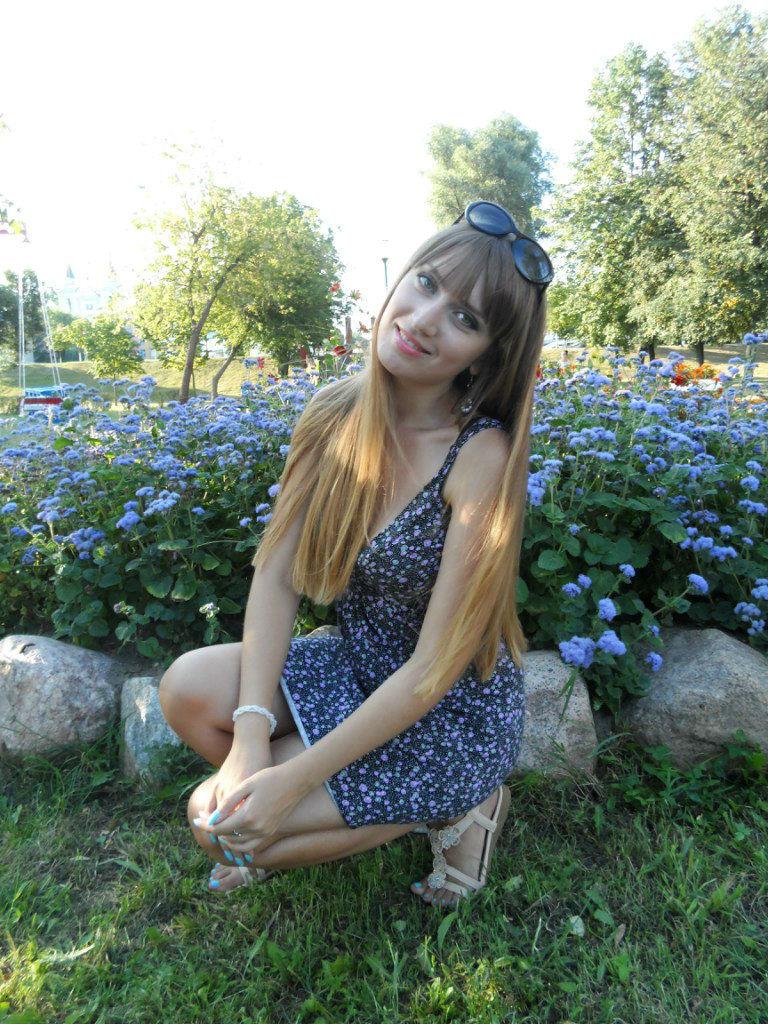 Фотосет красотки  в платье на фоне клумбы
