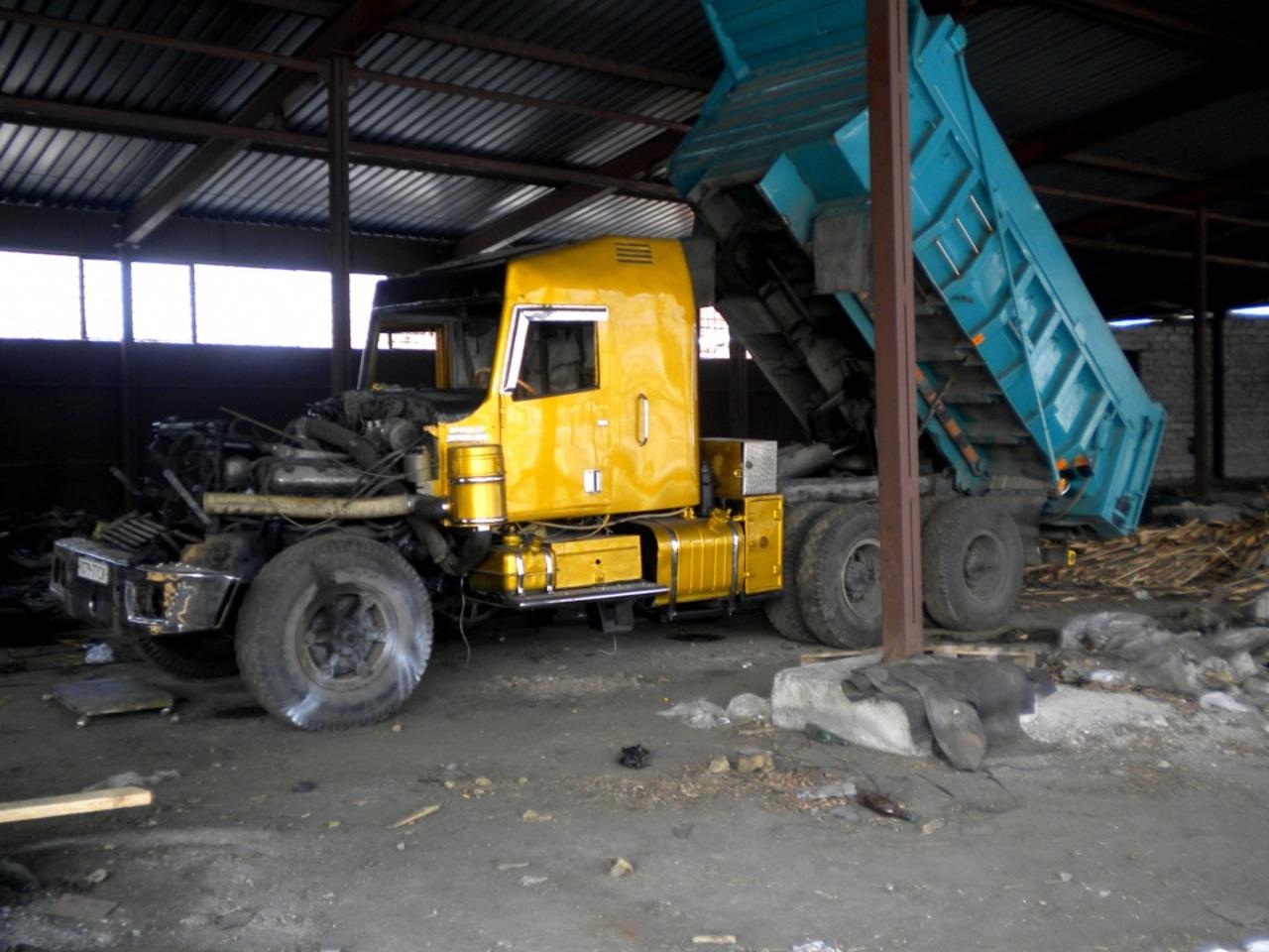 В первую очередь вы заметили, что у грузовика полностью изменен каркас кабины, от которой родным ост