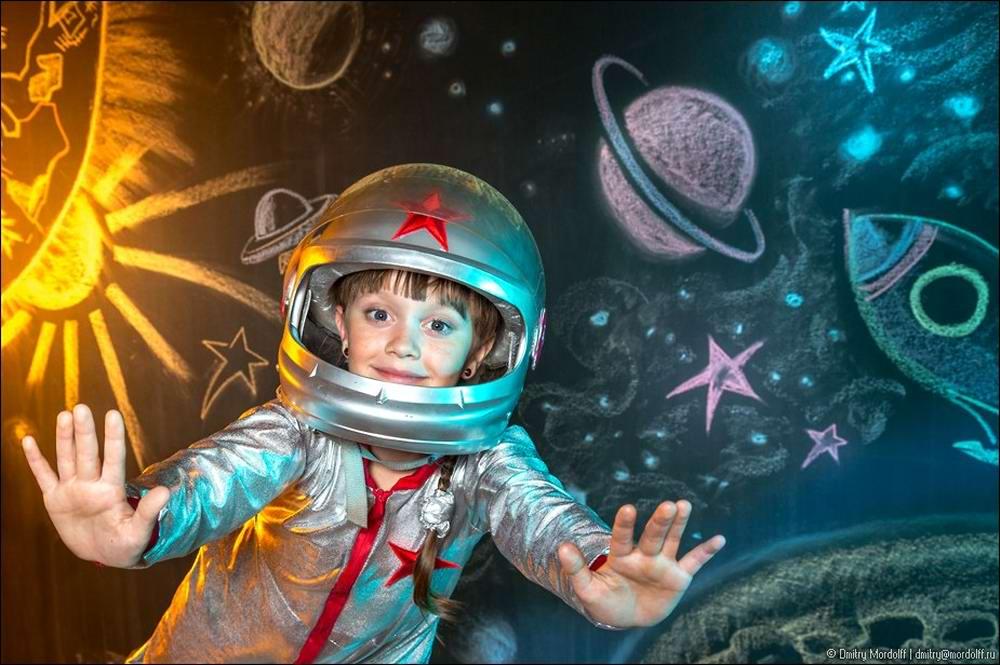 Дети на снимках из серии Люди мужественных профессий: полицейские и космонавты (13)