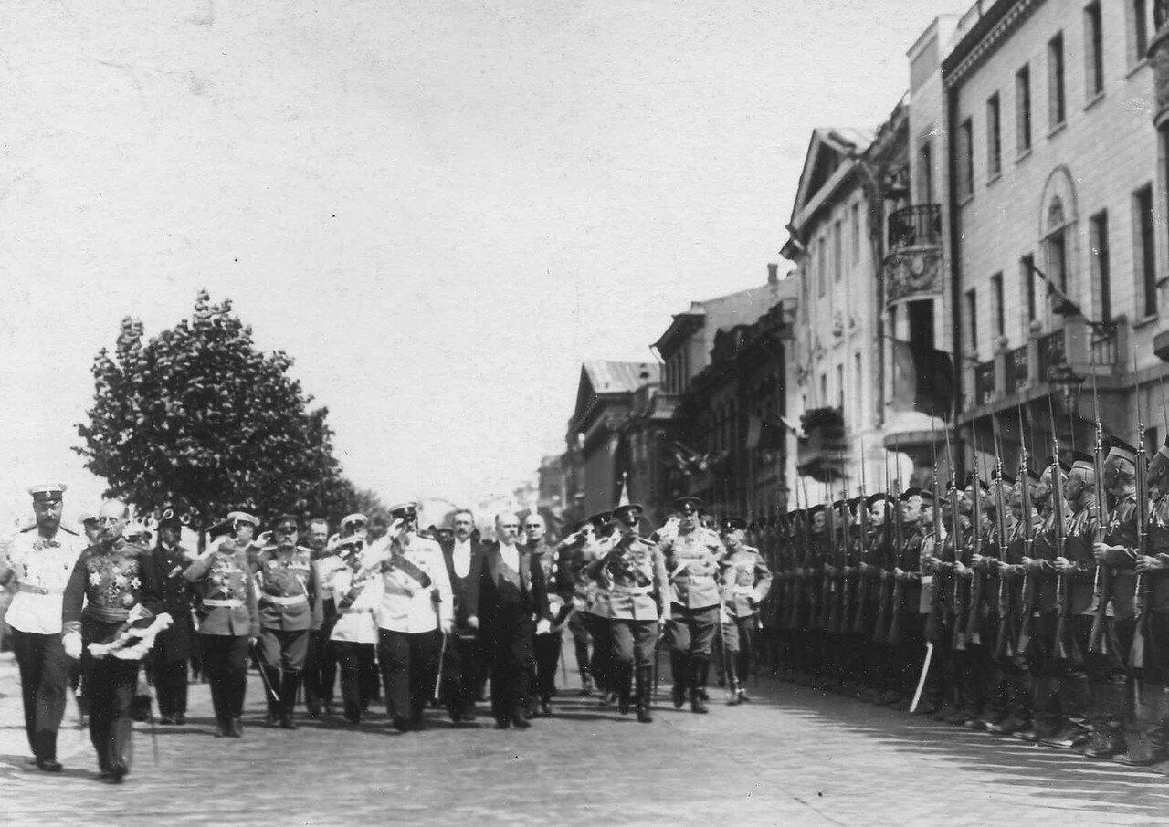 35. Пуанкаре и сопровождающие его лица обходят почетный караул 90-го Онежского полка, выстроившегося на Английской набережной.