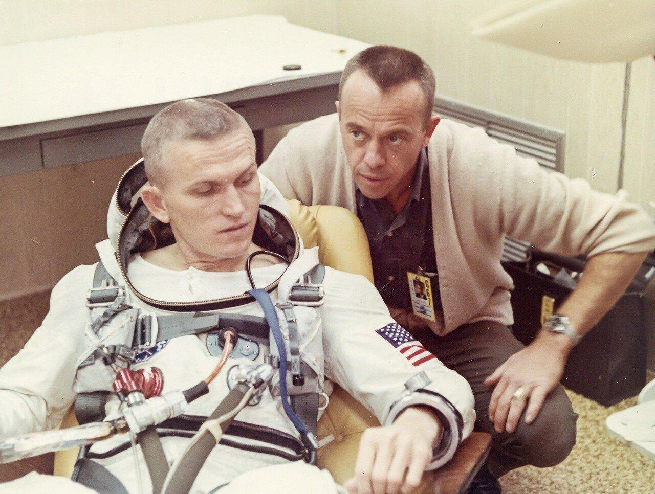1965, декабрь. Астронавты Фрэнк Борман и Джеймс Ловелл во время обратного отсчета. Джемини-7.Основной целью полёта являлась отработка длительного нахождения в космосе (две недели) для обеспечения будущей лунной программы